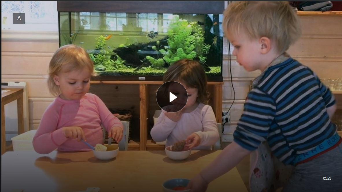 Det er snacktid i barnehagen og barna ordner seg mat.
